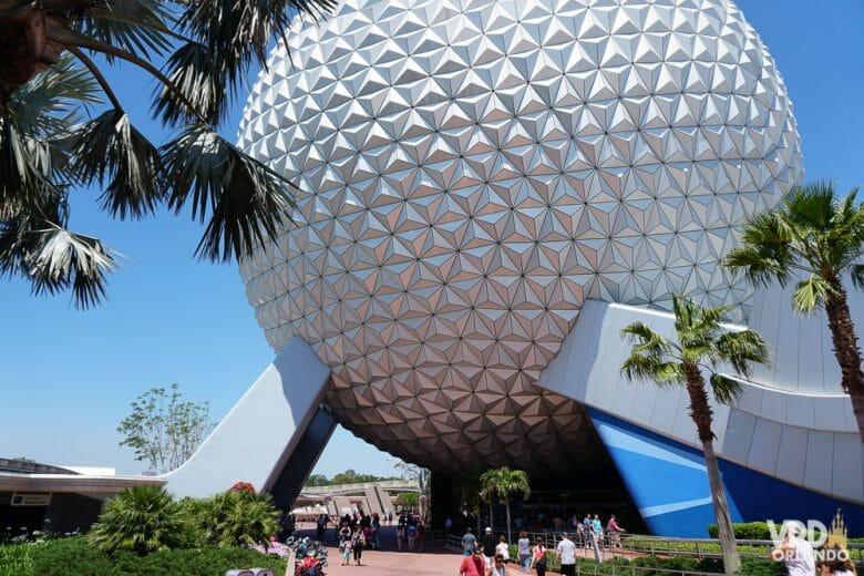 Bola do parque Epcot, que assim como os outros parques da Disney, está preparado para receber quem não fala inglês.