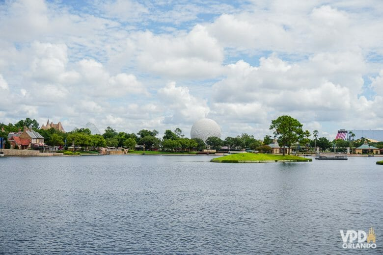 "Foto da ""bola"", a Spaceship Earth, vista do World Showcase no Epcot, com o lago em primeiro plano e ela ao fundo."