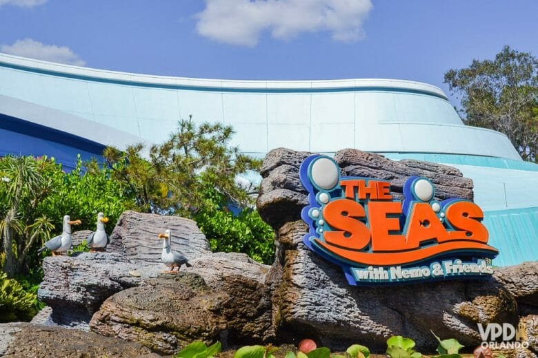 Se tiver tempo sobrando, a atração do Nemo é bem bonitinha. Foto da placa na entrada da atração The Seas With Nemo & Friends, com as letras em laranja e as gaivotas do filme ao lado.