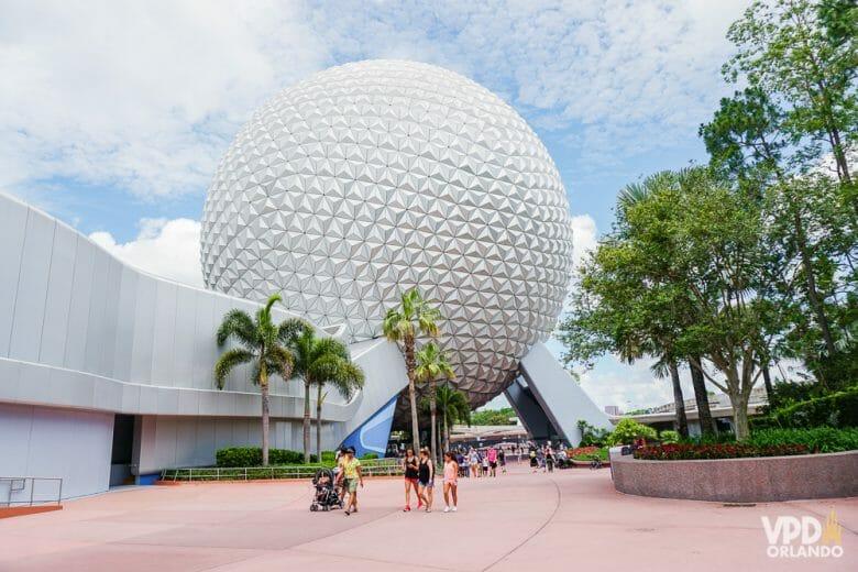A bola do Epcot com o céu azul ao fundo, em um dia antes da pandemia.