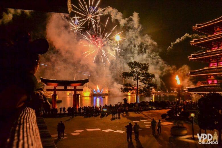 Show de fogos no Epcot visto do pavilhão do Japão. Foto do show de fogos tirada no pavilhão do Japão no Epcot, com o portal e o lago visíveis.