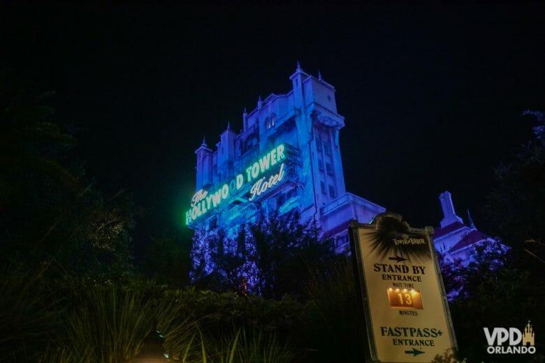 Tower of Terror <3 Foto da Tower of Terror, do Hollywood Studios, durante a noite, iluminada em azul com seu nome em verde.