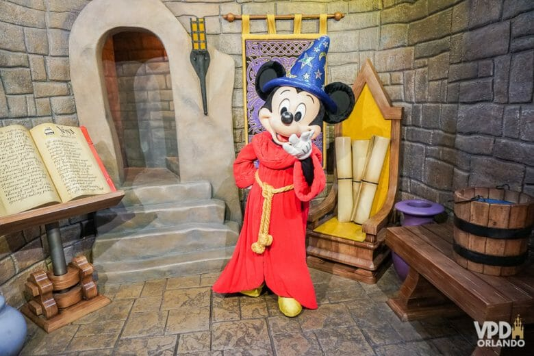 Essa roupa do Mickey feiticeiro é uma fofura. Foto do Mickey com a sua roupa de feiticeiro no Hollywood Studios, posando para a foto.