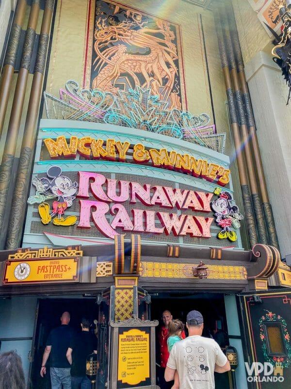 Essa é a mais nova atração do Hollywood Studios. Foto da entrada da Mickey & Minnie's Runaway Railway, que mostra os dois personagens e o título em um letreiro neon cor-de-rosa