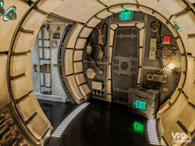 Não é a melhor atração, mas a ambientação é sensacional! Foto do interior da nave Millenium Falcon na atração Millennium Falcon: Smugglers Run no Hollywood Studios