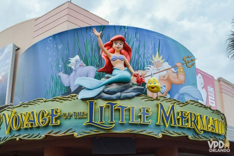 Esse é um teatro bem bonitinho! Foto da entrada da atração Voyage of the Little Mermaid, no Hollywood Studios, que tem Ariel, Úrsula e outros personagens do filme em cima do letrieiro