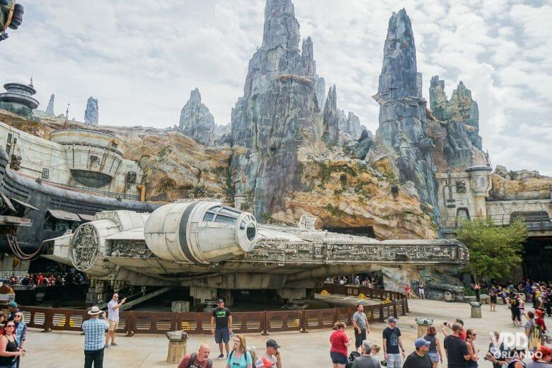 Visão especial da Millennium Falcon do alto da escadinha! Foto da Millenium Falcon com alguns visitantes ao redor, e parte da ambientação da Galaxy's Edge do Hollywood Studios visível ao fundo.
