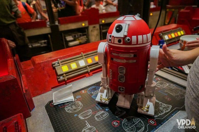 Droid Depot, onde você monta seu próprio droid. Foto de um droid vermelho no modelo R2, no Droid Depot do Hollywood Studios