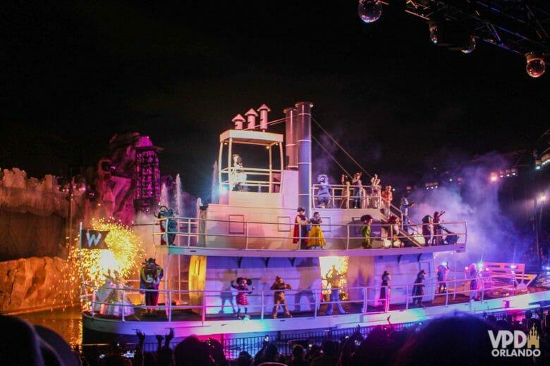 Pedacinho do Fantasmic! Foto do barco do show de fogos Fantasmic, do Hollywood Studios, com diversos personagens dançando.