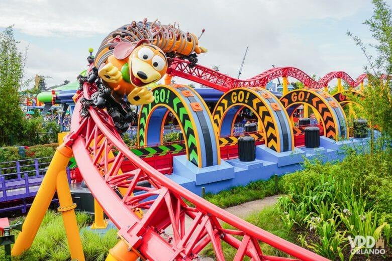 Montanha russa do Slinky é infantil, mas super divertida! Foto da montanha-russa Slinky Dog Dash, no Hollywood Studios. O carrinho é o Slinky, o cachorro de Toy Story.