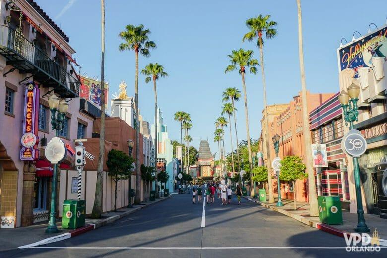 Chegar ao parque cedo te ajuda a ir nas atrações ainda com menos fila. Foto da Hollywood Boulevard do Hollywood Studios vazia de manhã, com o teatro chinês ao fundo