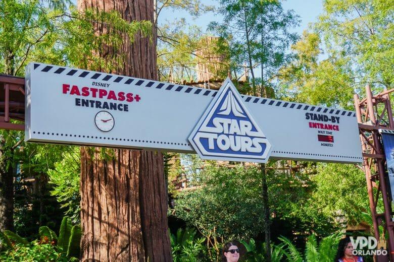 Star Tours: o simulador clássico de Star Wars. Foto da placa na entrada do Star Tours, a atração de Star Wars no Hollywood Studios. A placa é branca e tem o logo de Star Wars em azul.
