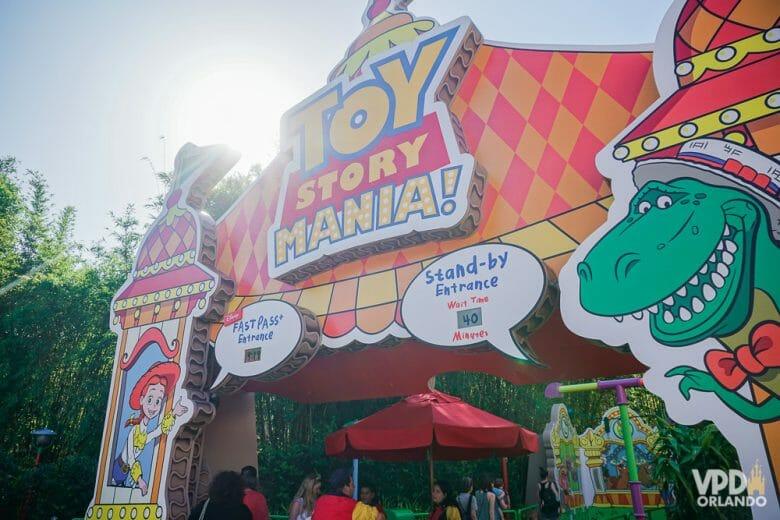 A Toy Story Mania é super divertida! Foto da entrada da atração Toy Story Mania, no Hollywood Studios, que tem o título dela, a Jesse e o dinossauro do Toy Story