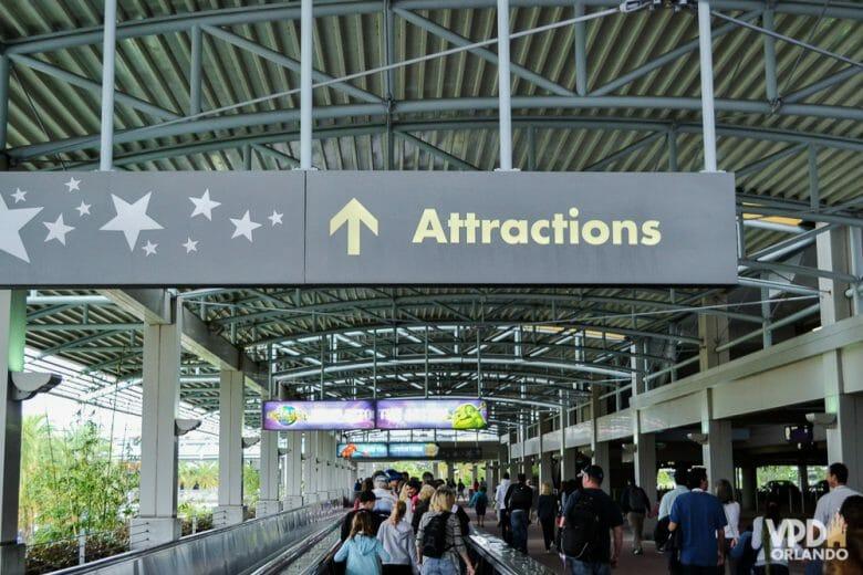 Ao passar por essas esteiras e atravessar o City Walk, fique a esquerda para entrar no Islands of Adventure