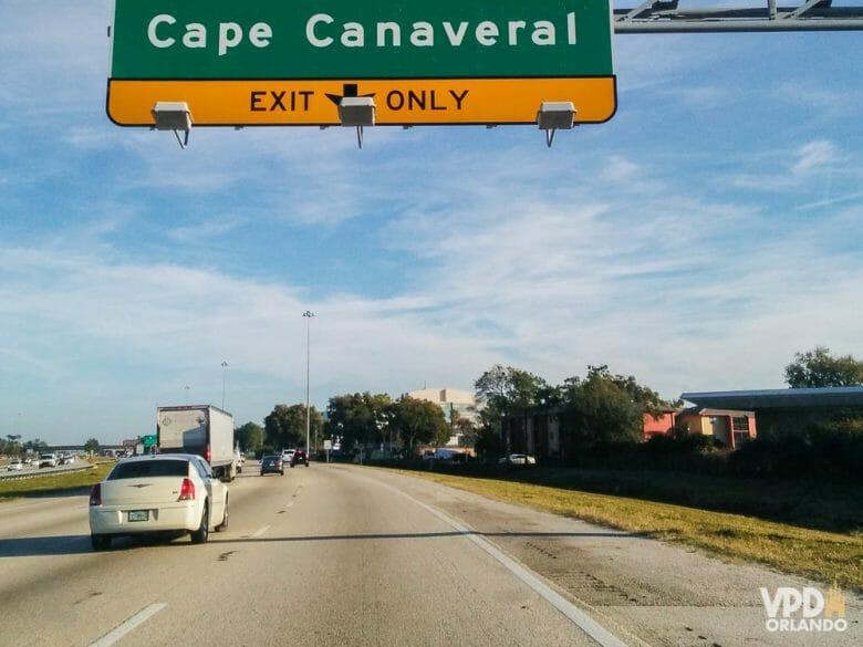 """Cape Canaveral, entre 45 e 60 minutos de distância de Orlando. Foto da estrada entre Orlando e Cape Canaveral, com uma placa que diz """"Cape Canaveral - exit only"""""""