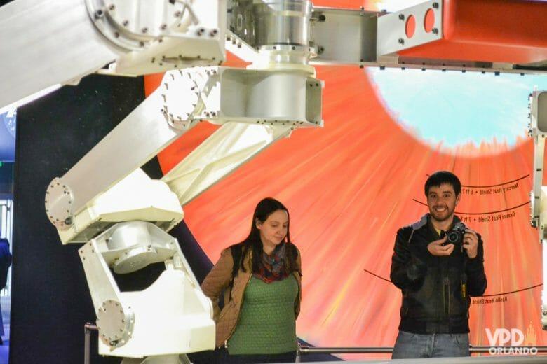 Re super compenetrada no museu #sqn. Foto da Renata e do Felipe no museu. Felipe está com a câmera na mão e Renata está olhando para o chão
