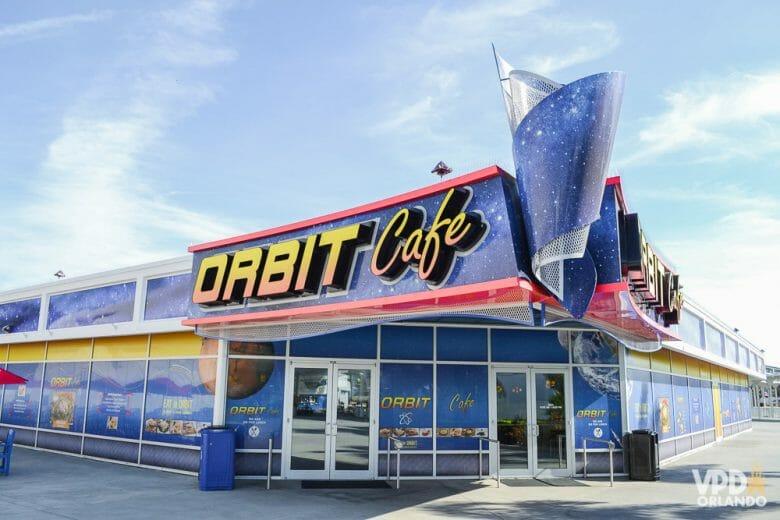 Foto do exterior do Orbit Cafe no Kennedy Space Center, todo pintado para imitar uma galáxia.