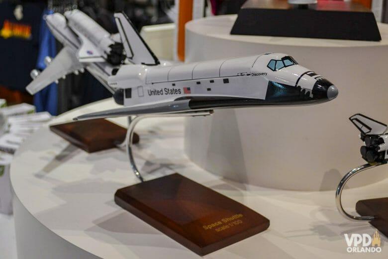 Eu que curto muito aviação, comprei esse modelo para se juntar aos meus aviões. Foto de um modelo de avião à venda na loja do Kennedy Space Center