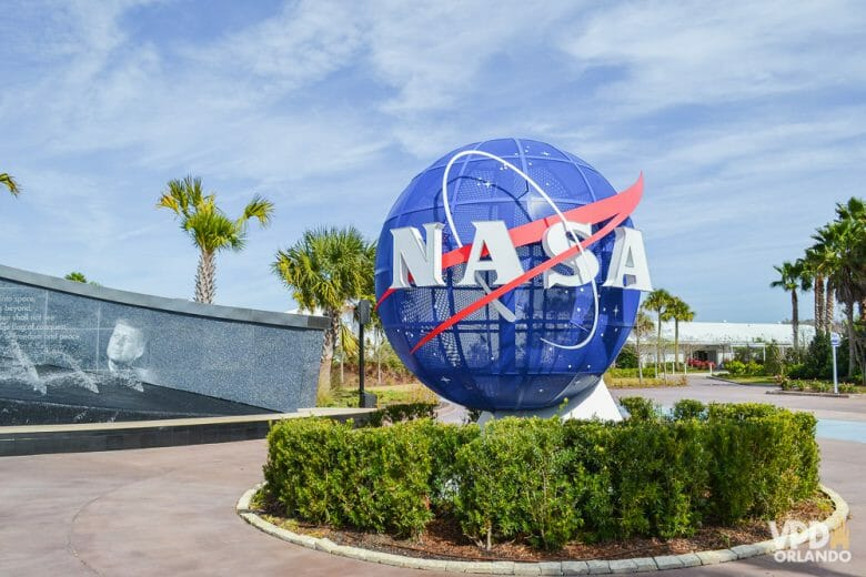 Foto da bola azul que é símbolo da NASA na entrada do Kennedy Space Center, que fica no Cabo Canaveral