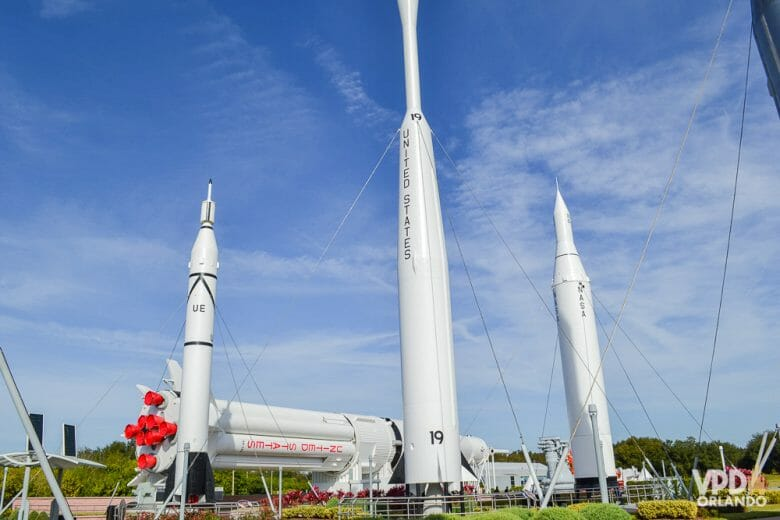 Foto de três foguetes no jardim dos foguetes, que fica na entrada do Kennedy Space Center