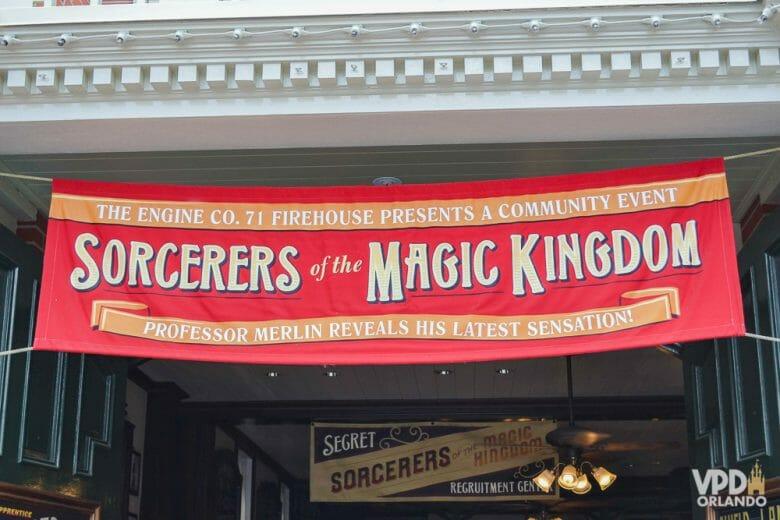 Faixa vermelha indicando o ponto de distribuição do Sorcerers of the Magic Kingdom.