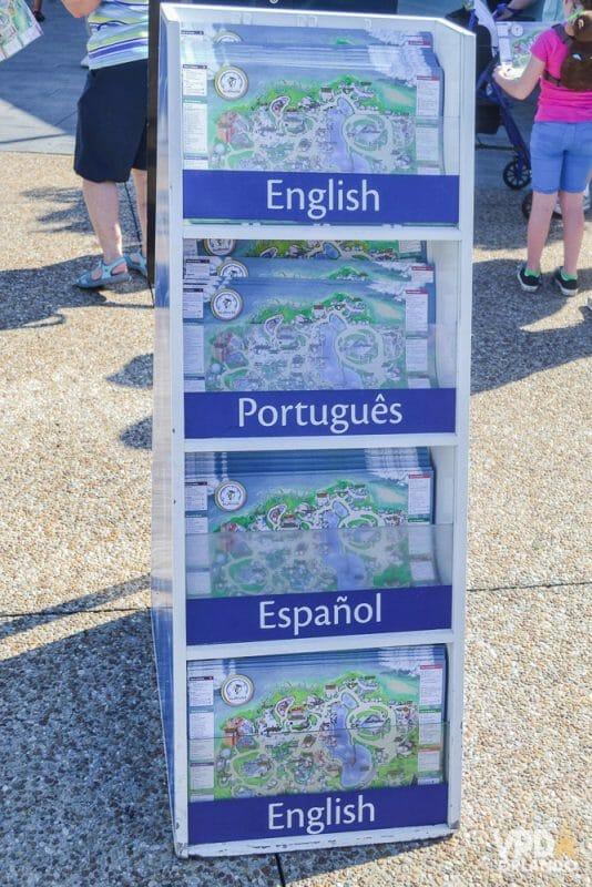 Não deixe de pegar um mapinha na entrada do SeaWorld. Foto do estande com mapas para os visitantes pegarem na entrada do SeaWorld, com as opções de inglês, português, espanhol e inglês novamente.