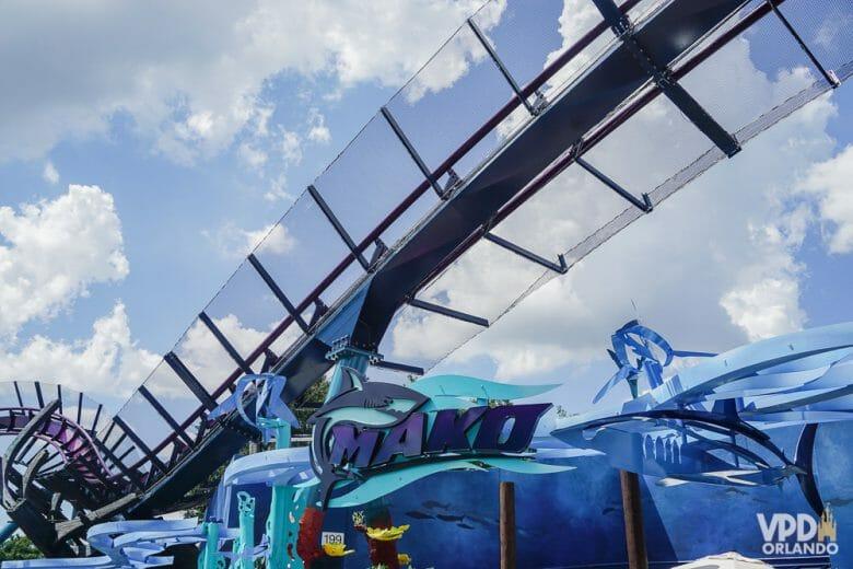 Desse ângulo a Mako até parece inofensiva, mas espere até ver a altura da queda principal! Foto da montanha-russa Mako, mostrando um pouco dos trilhos.