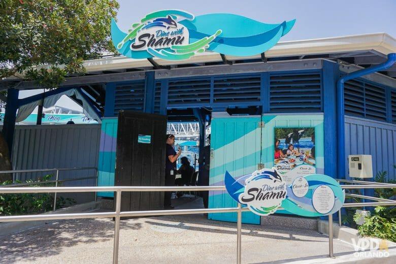 O Dine with Shamu no SeaWorld tem buffet e um preço não muito proibitivo! Foto da entrada do restaurante Dine with Shamu, com a placa mostrando a orca de mesmo nome, ícone do parque.