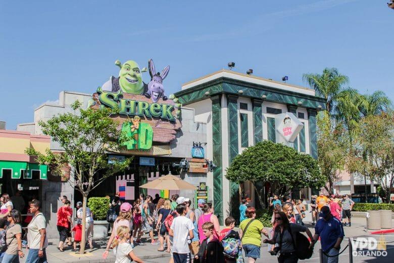 Foto da fachada da atração Shrek 4d,  no Universal Studios, mostrando Shrek e o burro na placa.