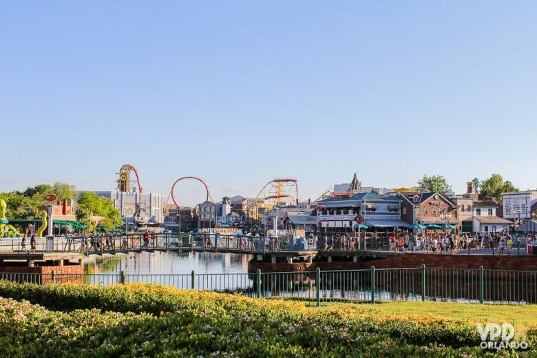 Foto do Universal Studios de longe, sendo possível ver o lago e parte do parque.