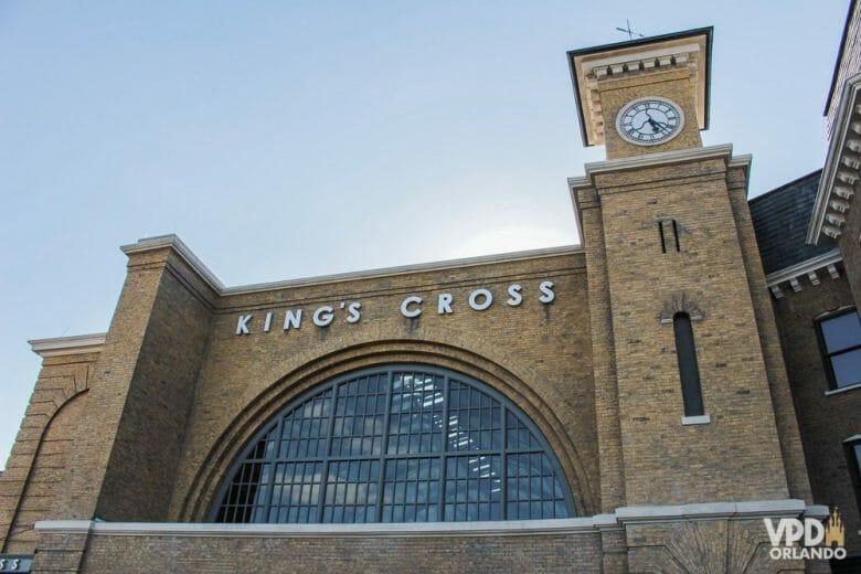 Foto da estação de King's Cross, imitando a de Londres, de onde sai o Expresso de Hogwarts na Universal Studios