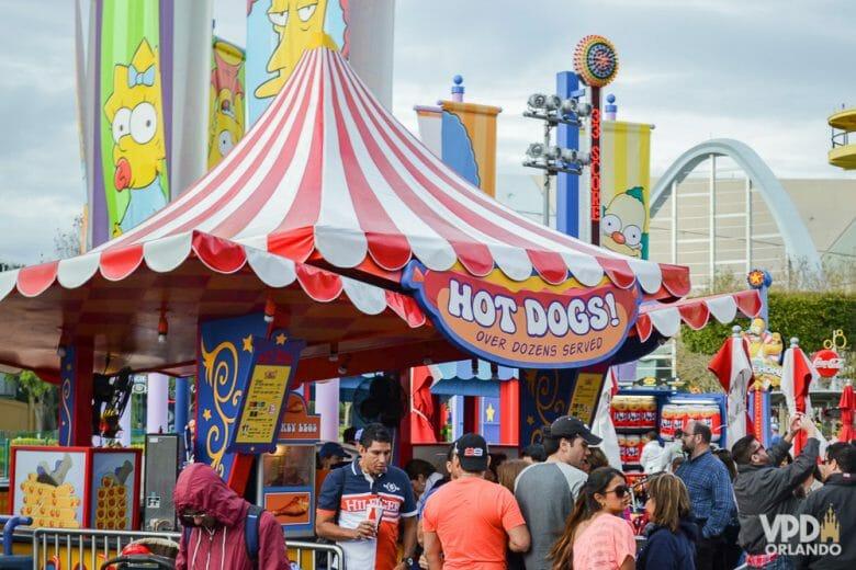 Foto da barraca de hot dog Nathan's, com um toldo listrado em vermelho e branco.