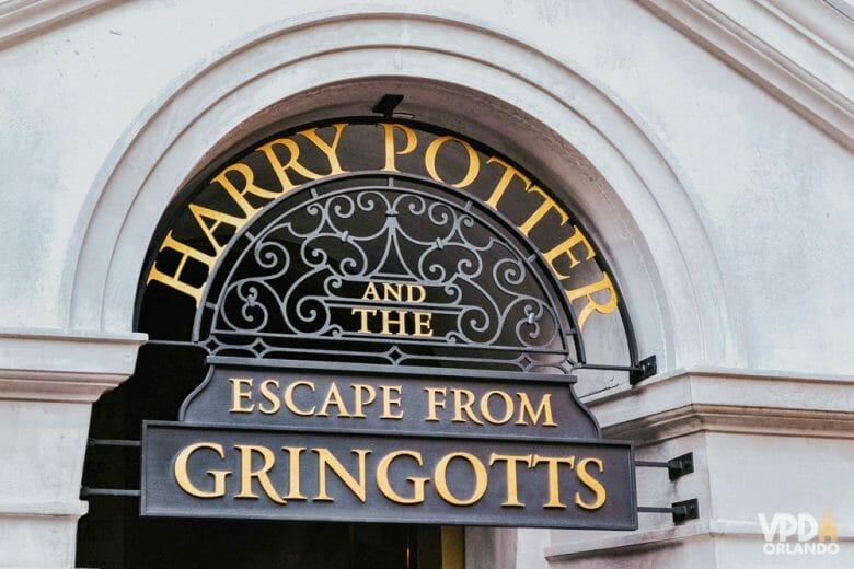 Foto da placa na entrada da atração do Beco Diagonal, a Harry Potter and the Escape from Gringotts. A placa é em preto e dourado.