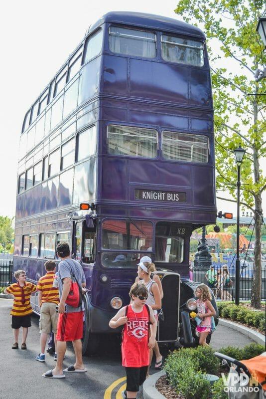 Foto do ônibus roxo de dois andares, conhecido como Nôitibus Andante. do Harry Potter, que fica no Universal Studios