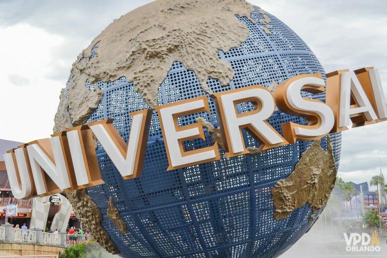 Na Universal, é necessário guardar sua mochila em várias atrações! Imagem do globo que é a logo da Universal, na entrada do parque temático em Orlando.