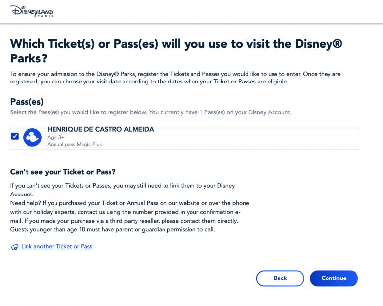 Foto da tela no site da Disneyland Paris mostrando como vincular pessoas à reserva