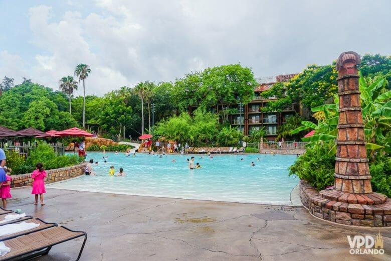 A piscina do Animal Kingdom Lodge é linda e gigante...