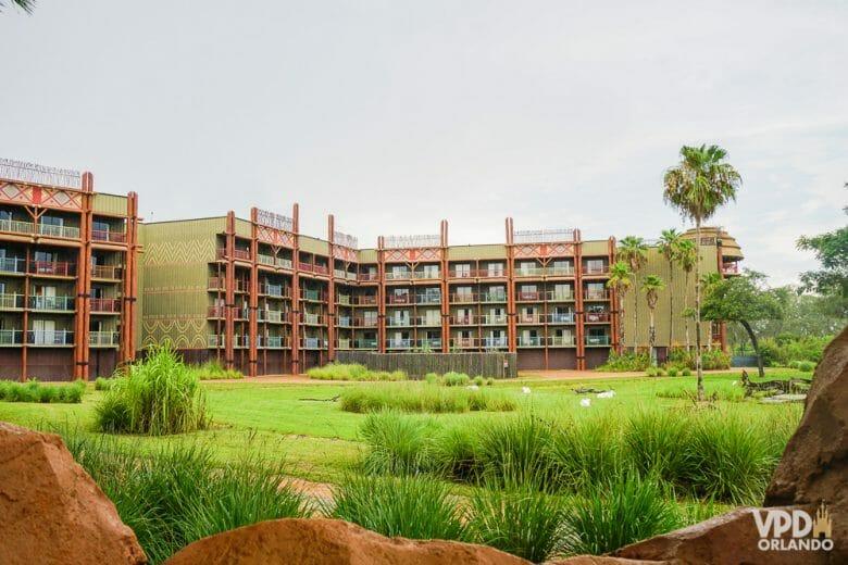 Vista de fora do prédio do Animal Kingdom Lodge com os quartos com vista para a savana