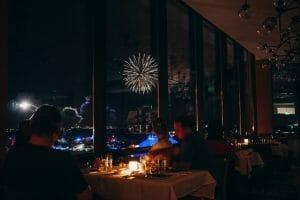 Foto da vista para os fogos no California Grill, restaurante do Contemporary Resort, com suas janelas amplas