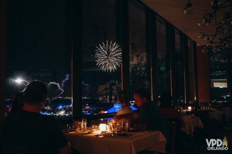A vista pros fogos de um dos melhores restaurantes de Orlando, o California Grill. Foto da vista para os fogos no California Grill, restaurante do Contemporary Resort, com suas janelas amplas