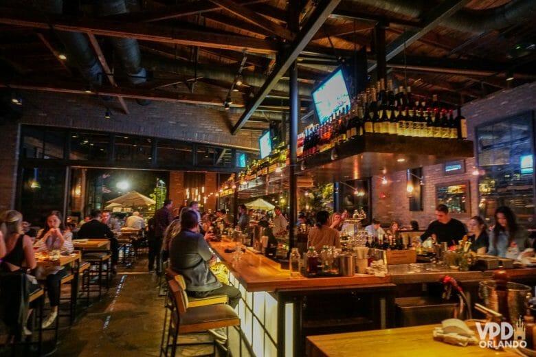 Imagem de um restaurante cheio em Orlando, com visitantes sentados perto um do outro, algo que mudou durante a pandemia.