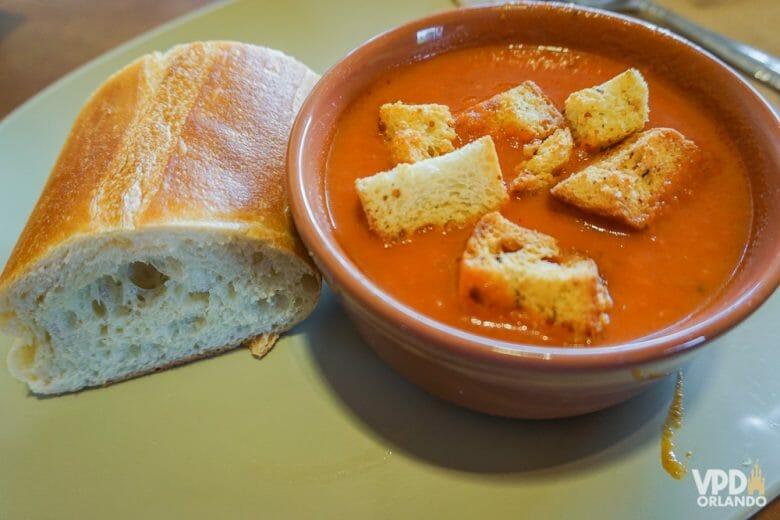 Sopinha de tomate da Panera Bread, acompanhada de um pedaço da baguete de pão francês
