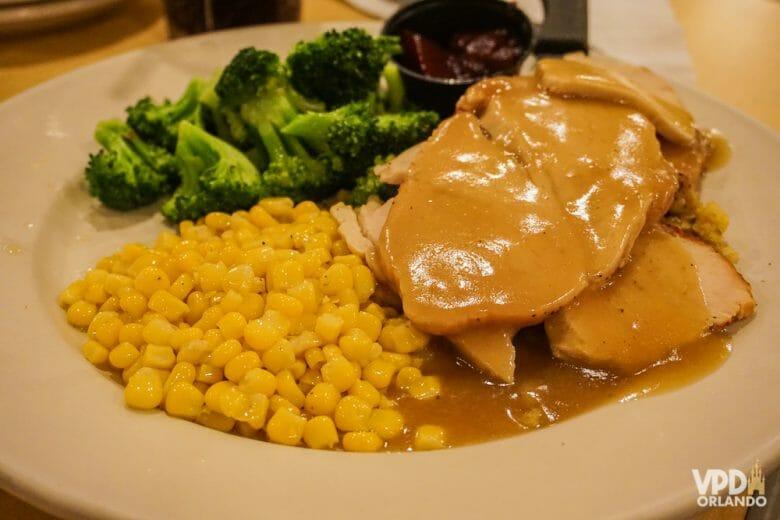 Peito de peru com milho e brócolis. O Perkins é um dos restaurantes que a gente mais gosta em Orlando