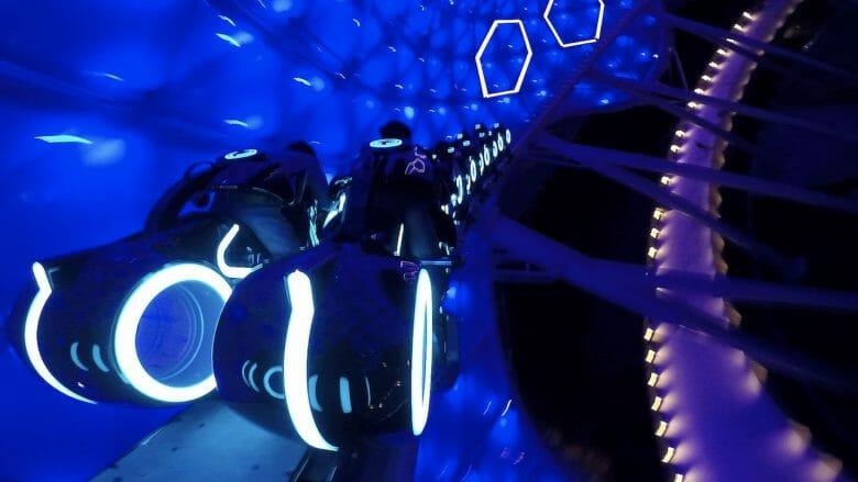 Foto de como é a montanha-russa de Tron na Disney de Shanghai. Os carrinhos são iluminados como as motocicletas do filme.