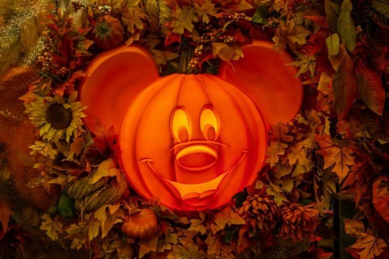 Foto da decoração de Halloween da festa do Magic Kingdom, uma abóbora em formato de Mickey iluminada por dentro.