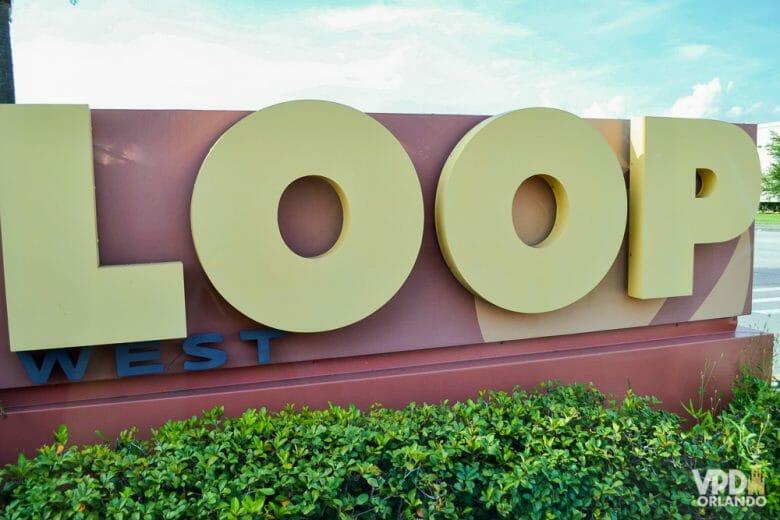 O The Loop é um complexo muito legal para compras e diferente dos shoppings! Foto da placa do complexo The Loop.