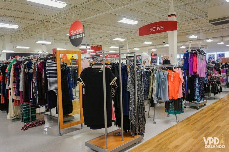 Como eu sempre digo, nas lojas de desconto tem que ir pronto pra garimpar, um pouco diferente dos shoppings. Foto das araras de roupa na loja Ross Dress for Less