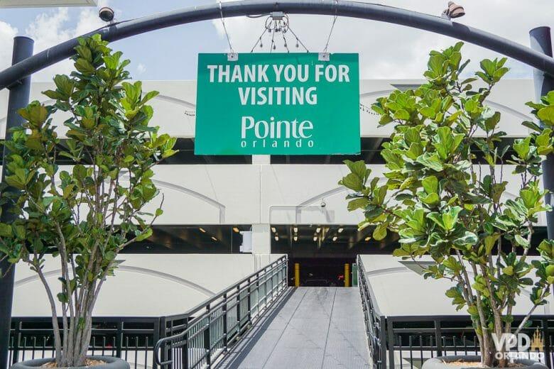 """Eita estacionamento chatinho! Foto da entrada do estacionamento de Pointe Orlando, com uma placa que diz """"Thank you for visiting Pointe"""""""