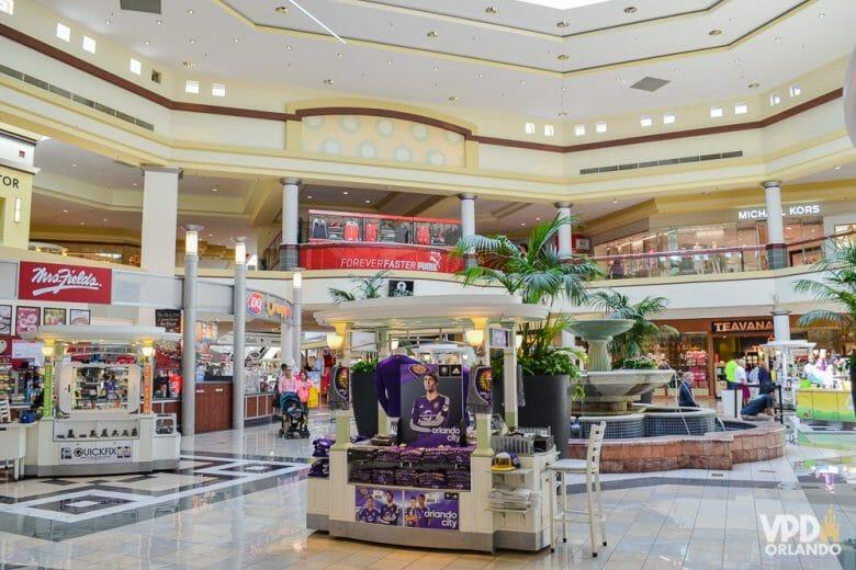 Já encontrei promoções bem legais nesse shopping. Foto da fonte central do Altamonte Mall, com as lojas ao redor.