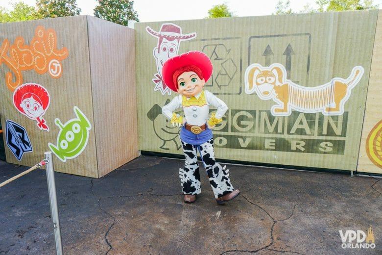 Encontros com personagens, fogos e paradas também não estão acontecendo desde a reabertura dos parques. Foto da personagem Jesse, de Toy Story, posando para fotos no ponto de encontro com visitantes.